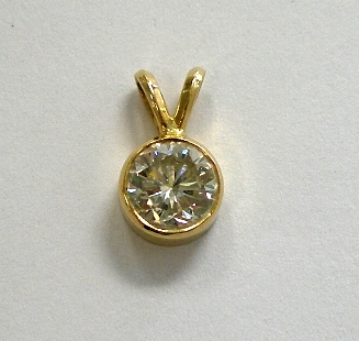 Danna's plain diamond pendant